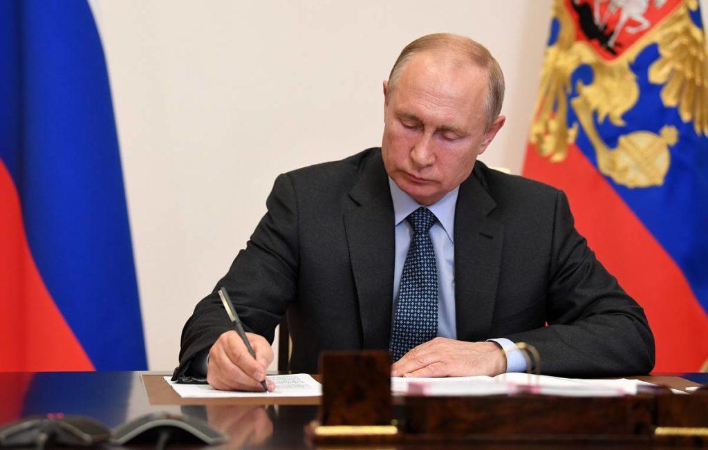 Russia's President Putin and Tatarstan's regional president Minnikhanov meet via videoconference